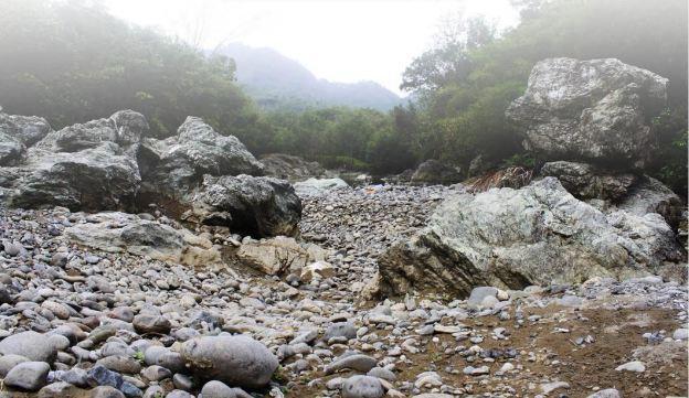 Hamparan batuan eksotis yang bisa ditemukan di sungai Luk Ulo