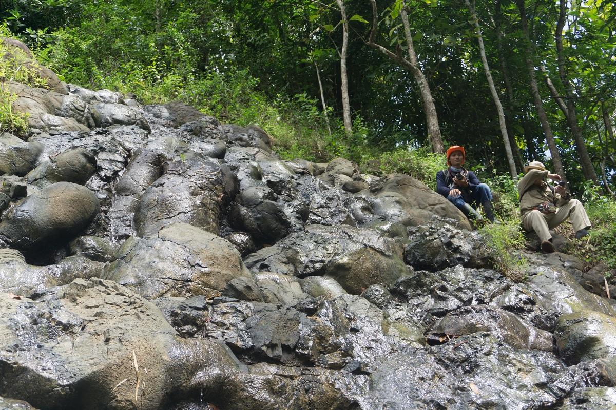 Pembentukan batuan vulkanik dengan struktur lava bantal yang terletak di Karangsambung
