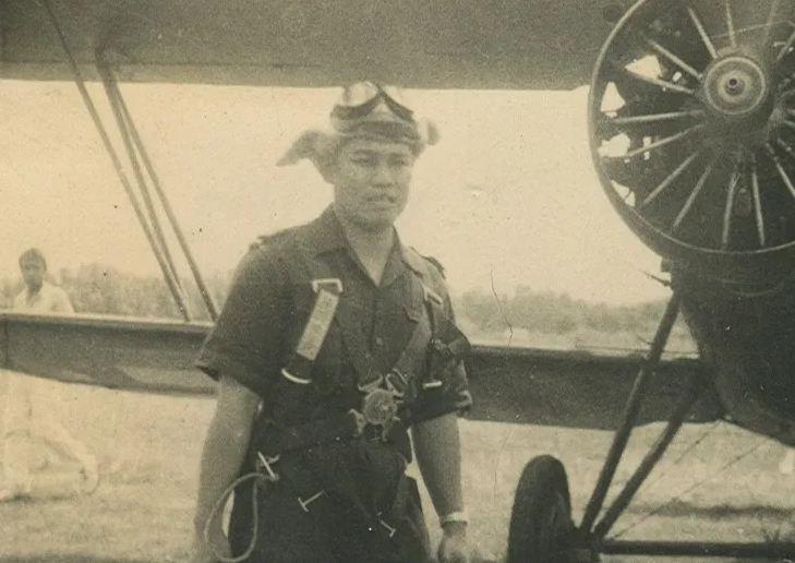 Adisucipto satu frame dengan pesawat cureng buatan Jepang.
