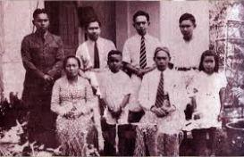 Adisucipto (paling kiri) bersama keluarganya Sugondo, Adisuyoso, Sudaryono. Duduk: ibu (Latifatun), Sadewo, ayah (Ruwidodarmo), dan salah seorang keponakan Adisucipto.