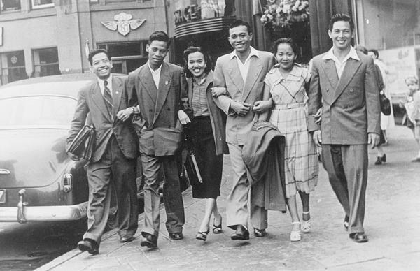 Thio Ging Hwie (paling kanan) bersama atlet Indonesia yang lain untuk ajang Olimpiade 1952.