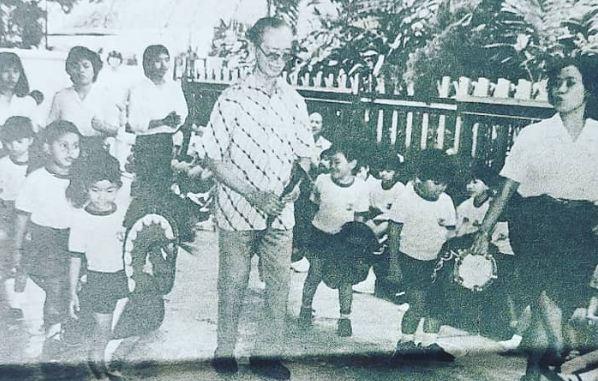 Pak Kasur menemani anak-anak menari kuda lumping.
