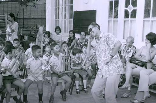 Anak-anak tampak bahagia ketika Pak Kasur memandu memainkan alat musik angklung.