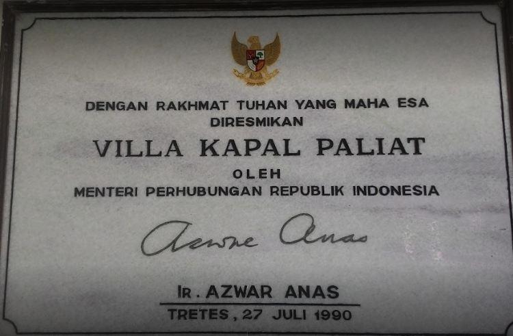 Prasasti peresmian Vila Kapal Paliat oleh Menteri Perhubungan RI masa orde baru, Azwar Anas.