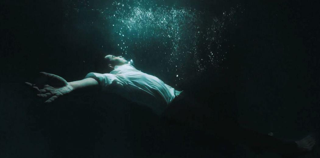 Kevin Widaya memberanikan diri melakoni adegan menenggelamkan diri di kolam renang untuk video klip lagunya.