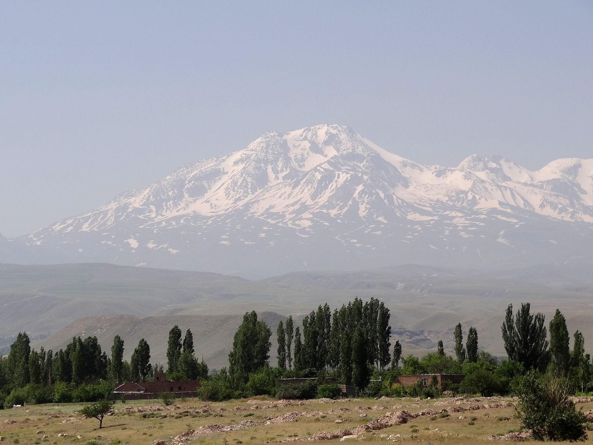 Gunung Sabalan   By Adam Jones - Flickr: Mt. Sabalan (4811 Metres) Viewed from Highway near Ardabil - Iranian Azerbaijan - Iran, CC BY-SA 2.0, https://commons.wikimedia.org/w/index.php?curid=32349649