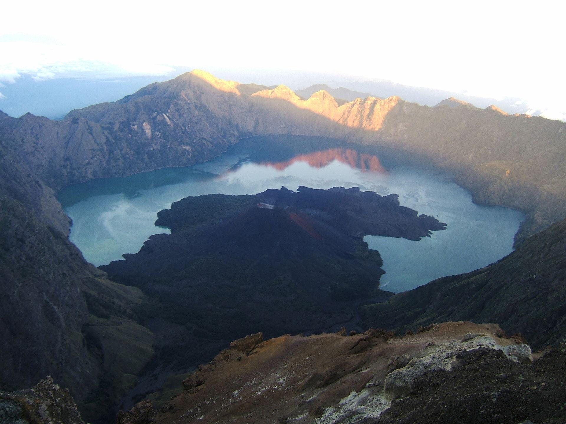 Segara Anak, gunung Rinjani   By Massew64 - Own work, CC BY-SA 3.0, https://commons.wikimedia.org/w/index.php?curid=11646186