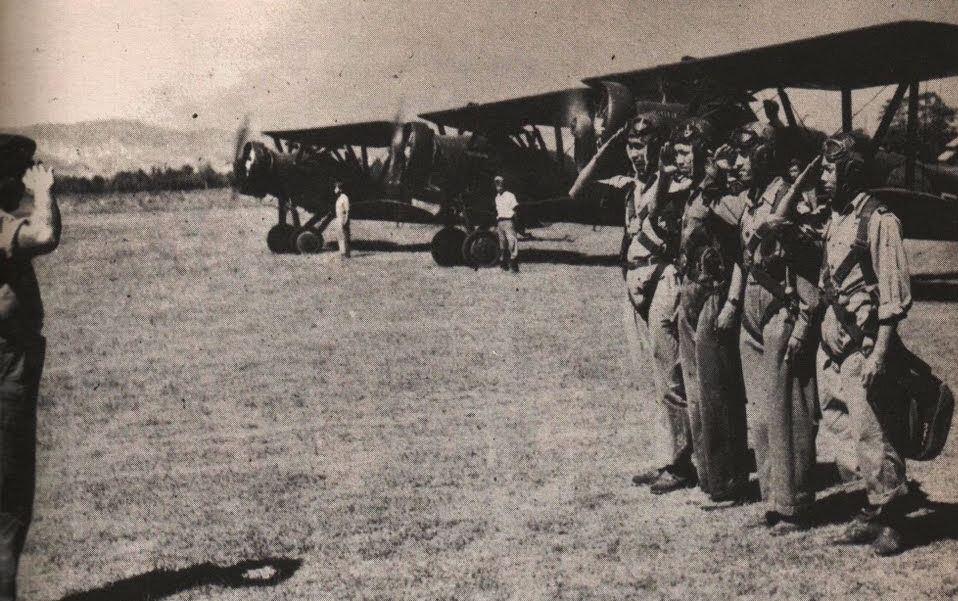 Para penerbang AURI melakukan salam hormat sebelum terbang.
