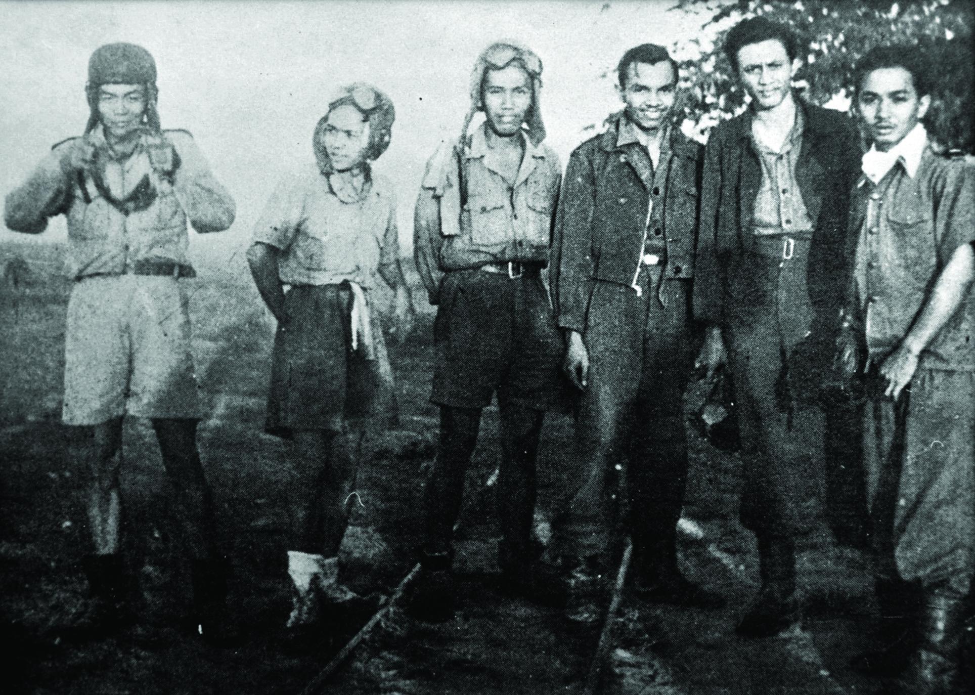 Para anggota operasi pemboman pertama AURI