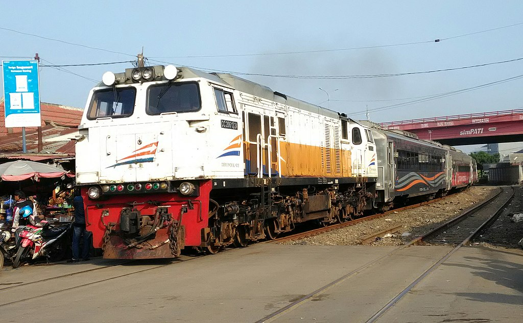 KA Argo Parahyangan yang ditarik lokomotif CC206 melintasi Pasar Cikampek, Jawa Barat, pada Januari 2020.
