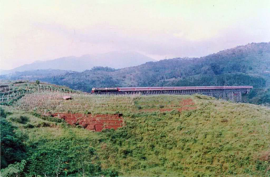 Dua lokomotif CC201 menarik rangkaian KA Parahyangan di Jembatan Cikubang, Jawa Barat, pada 1987.