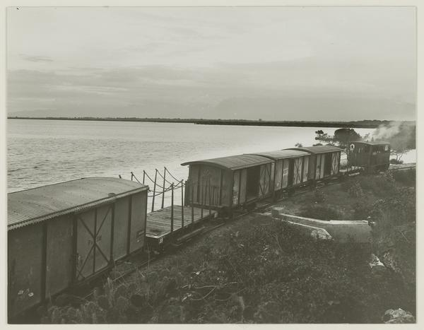 Rangkaian trem PSM melintasi jalur di Pantai Bentar, sebelah tenggara Probolinggo.