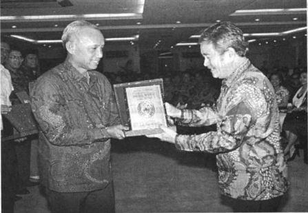 Acub Zaenal berbincang dengan Ketua PSSI Kardono di Istora Senayan.