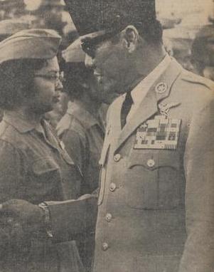 Presiden Sukarno sedang menginspeksi tentara wanita pada 1963.