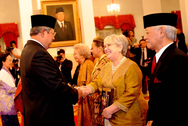 Presiden Republik Indonesia keenam, Susilo Bambang Yudhoyono (SBY) menyerahkan gelar pahlawan nasional pada 2013. setkab.go.id