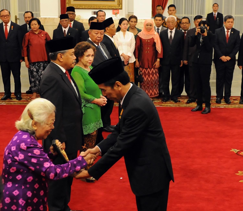 Presiden Republik Indonesia ketujuh, Joko Widodo (Jokowi) dalam upacara penyerahan gelar pahlawan nasional pada 2015. Setkab.go.id