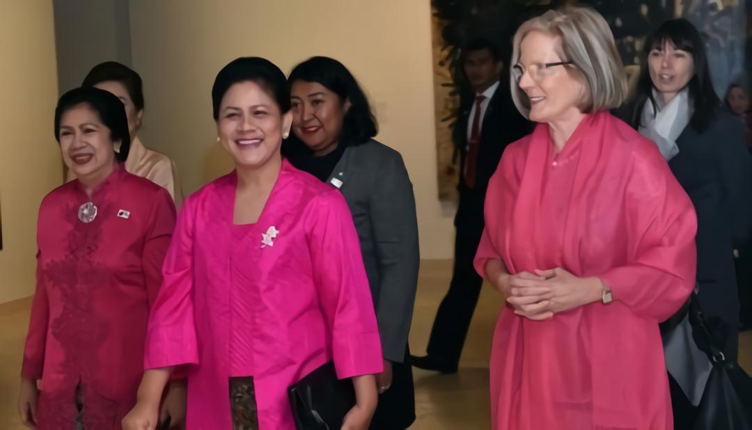 Ibu Negara, Iriana Joko Widodo berbincang dengan istri PM Australia © reuters/Saeed Khan
