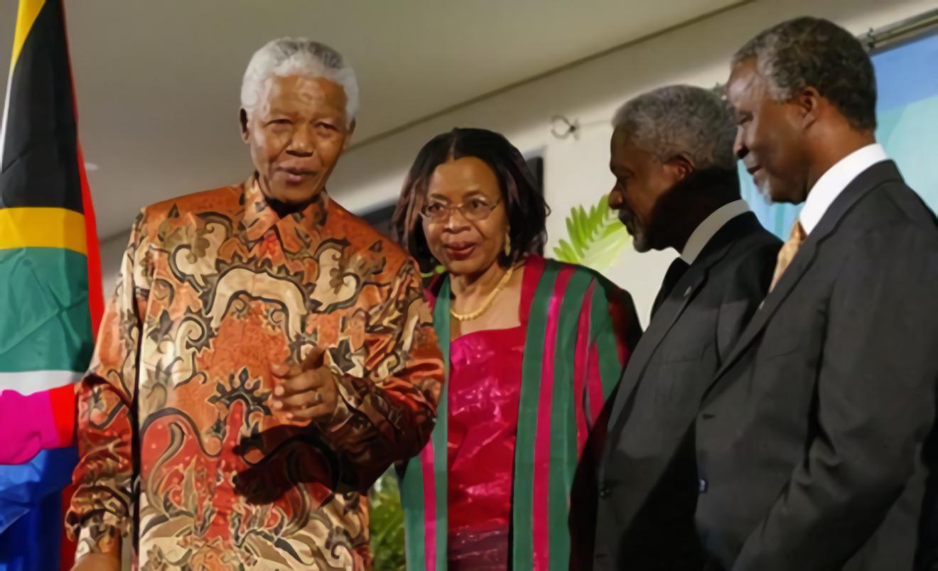 Nelson Mandela menggunakan batik © Akurat.co