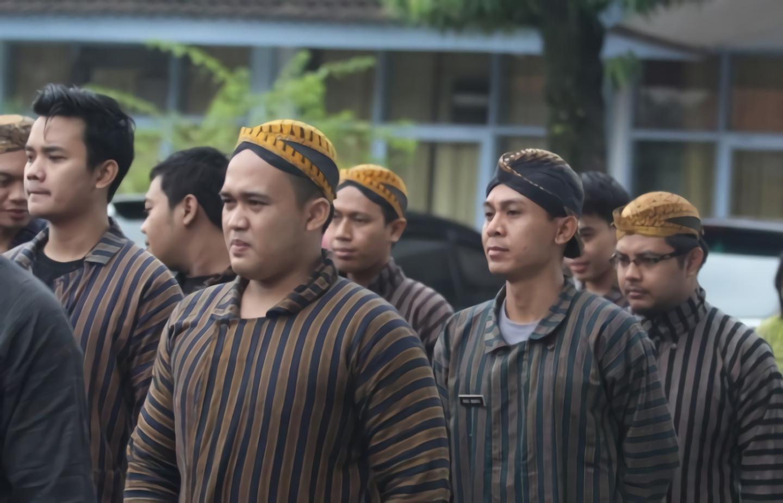 Pakaian adat Surjan © alimustafid.com