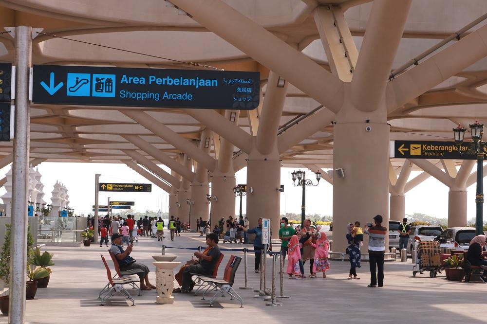 Ruang tunggu dengan desain bangunan artistik di Bandara Internasional Yogyakarta.