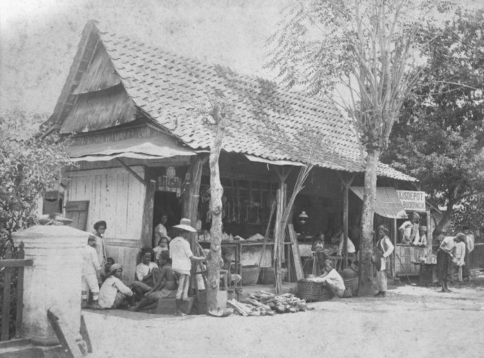 Warung dan depot es Van Buddingh di Batavia sekitar 1885-1915.