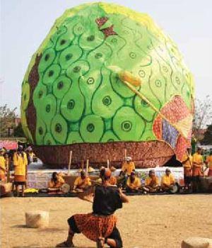 Replika buah pace atau mengkudu di Pesta Kesenian Rakyat Mataraman di Pacitan tahun 2012.