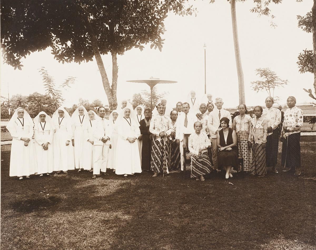 Sri Sultan Hamengkubuwana VII berfoto bersama para suster yang mengabdi di RS Onder de Bogen pada 1932.