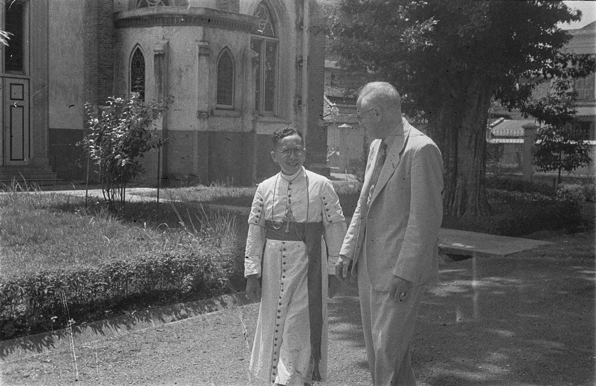 Sugiyapranata sedang menerima kunjungan politikus Belanda dari Partai Negara Katolik Roma, Carl Paul Maria Romme, di Semarang pada 17 Januari 1946.