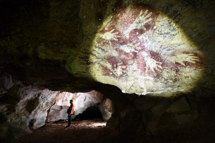 Lukisan karya manusia purba di Gua Situs Pasaung, Rammang-Rammang | Foto: Kemdikbud RI