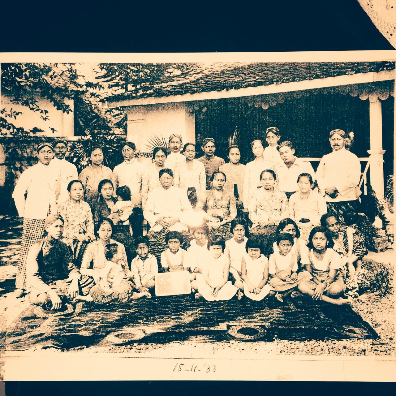 Ario Suryo bersama keluarga besarnya.