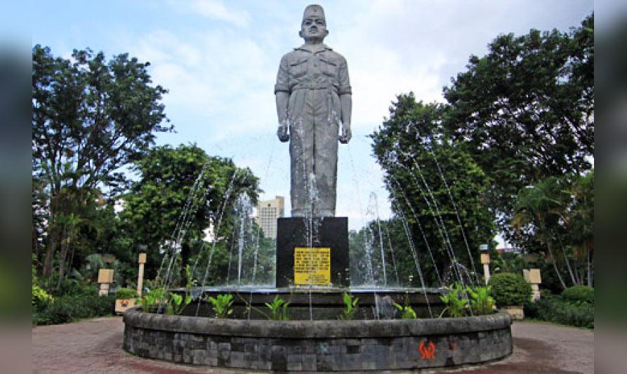 Patung Gubernur Suryo di Ngawi.