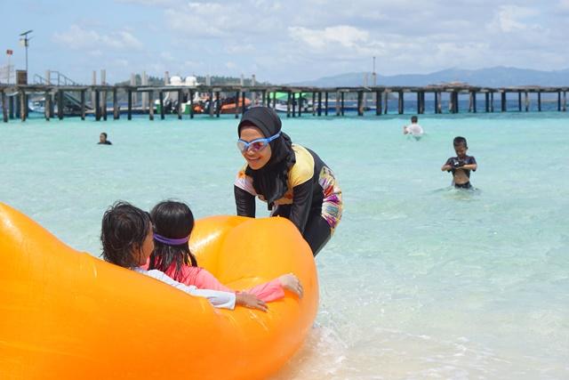 pantai di pulau Saronde menjadi tempat favorit anak-anak untuk bermain karena kejernihan air lautnya. ( foto : Asriani )
