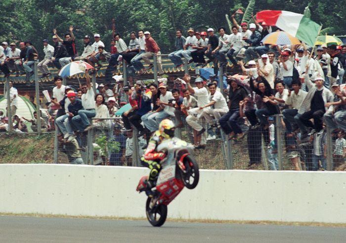 Rossi pamer trik wheelie di depan para penonton di Sirkut Sentul, Kabupaten Bogor.