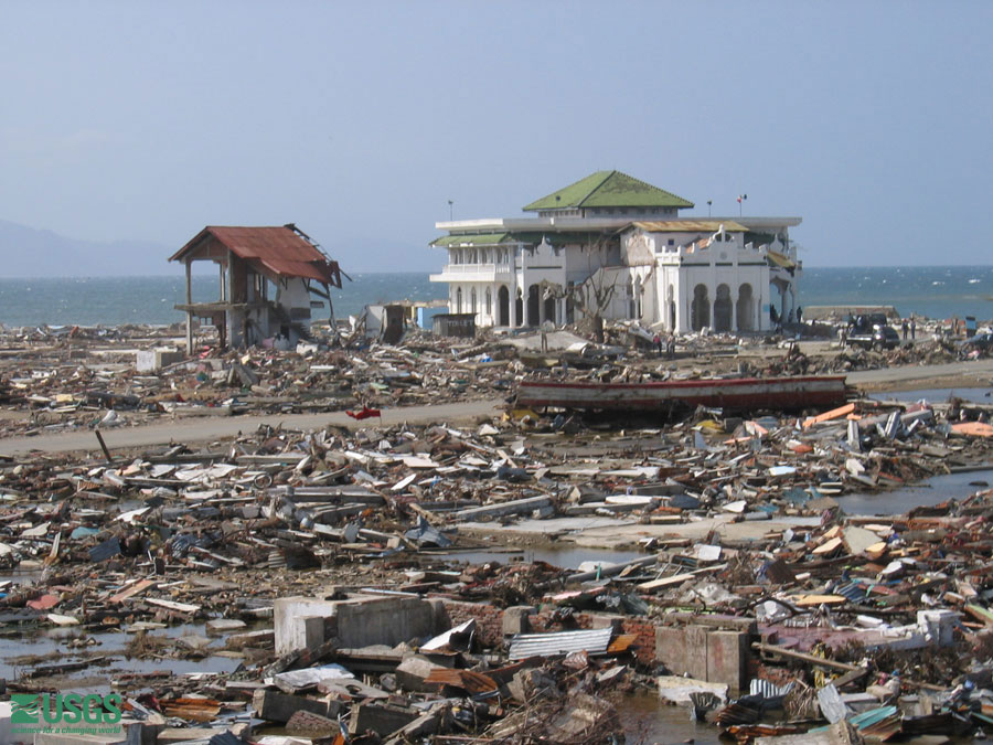 Sebuah masjid masih berdiri seusai terjangan tsunami di Banda Aceh pada 2004.