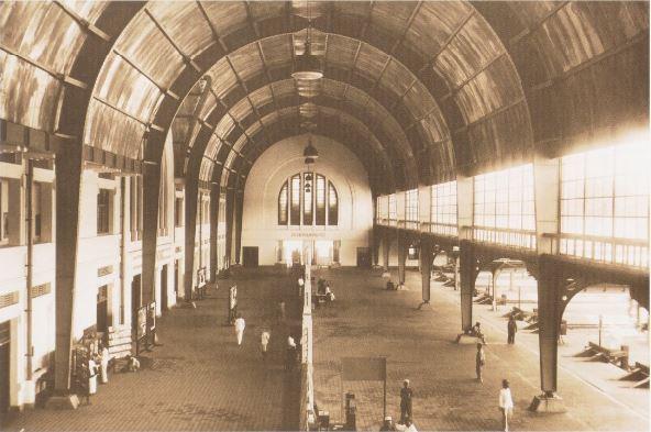 Interior Stasiun Jakarta Kota atau BEOS pada awal abad 20.