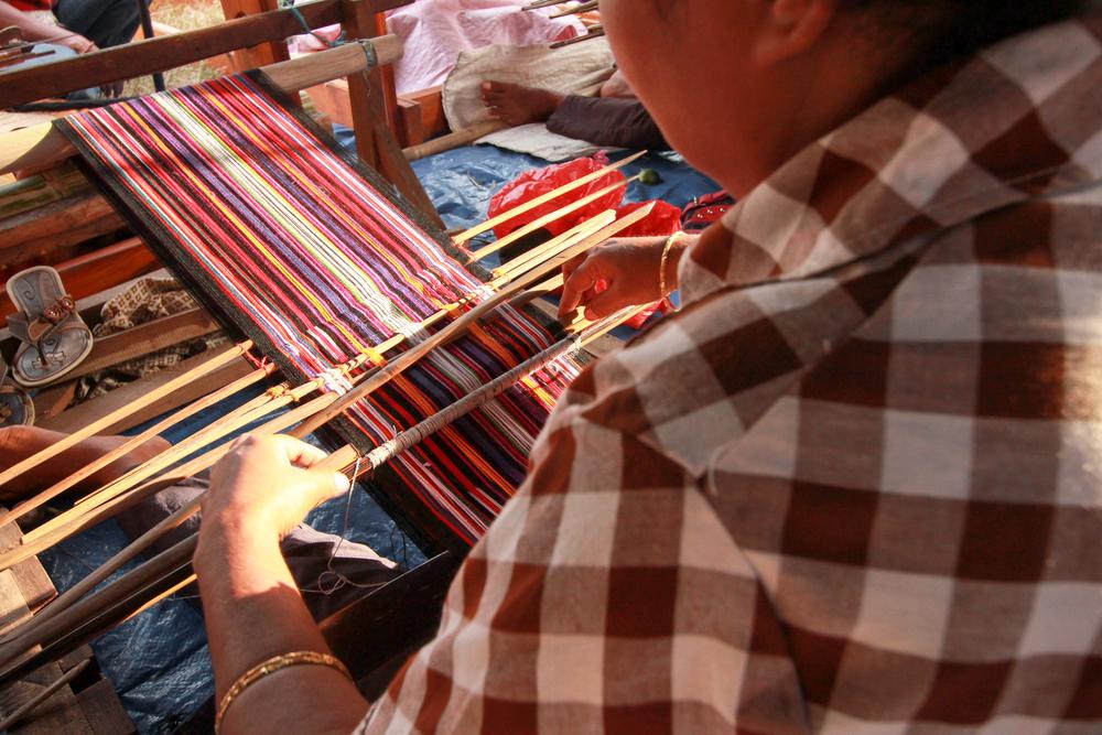 Menenun kain khas Alor