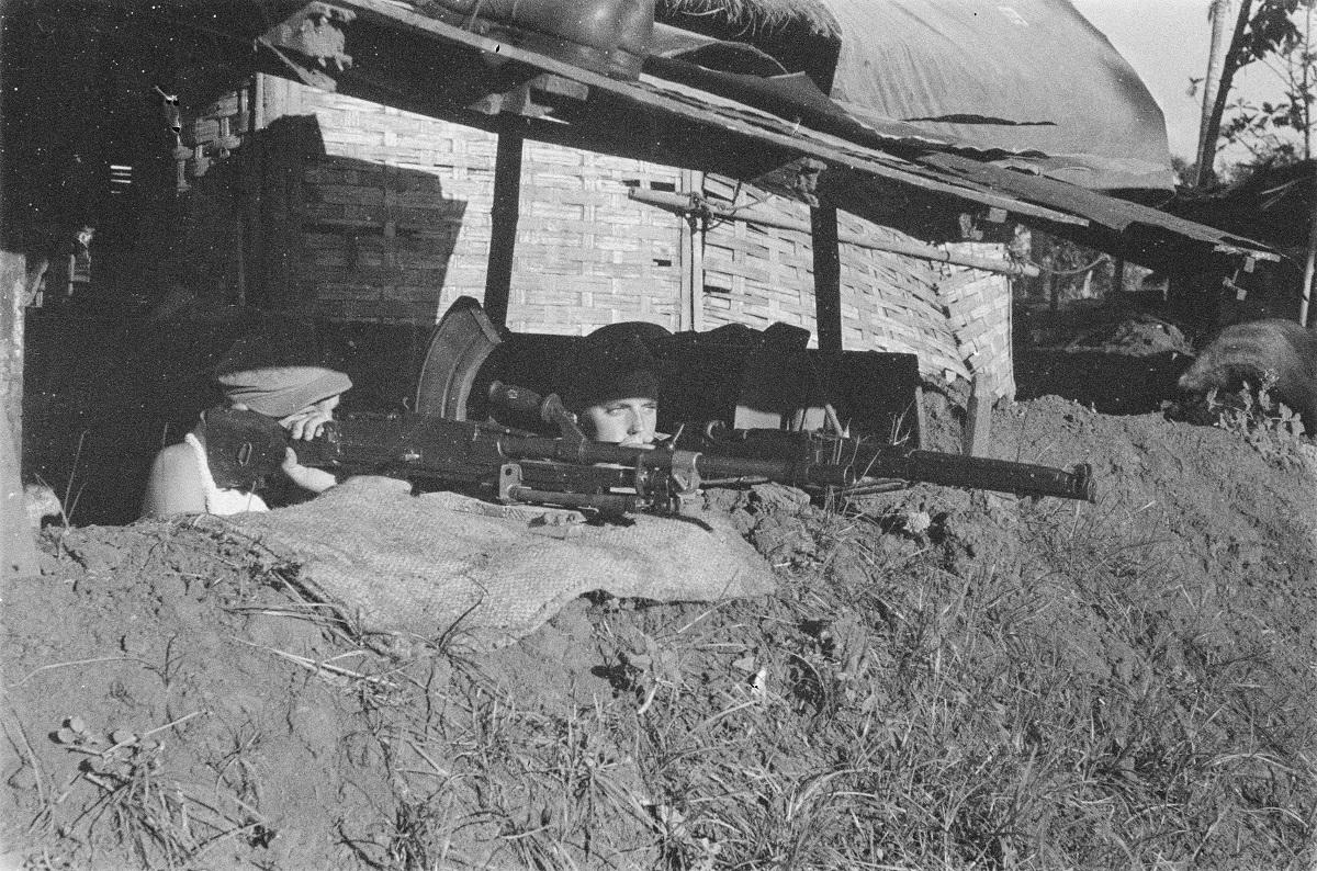 Resimen Infantri IV-8 sedang mengintai di daerah Klender, Duren Sawit.
