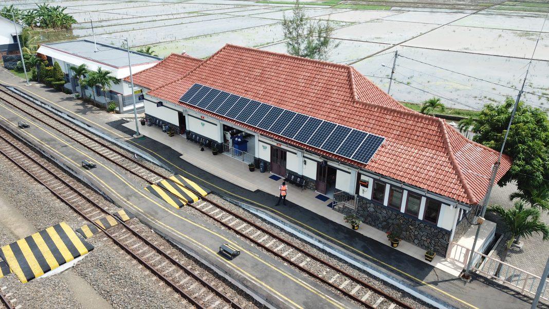 Stasiun Batang, Jawa Tengah sebagai stasiun pertama yang menggunakan PLTS Atap | Foto: Dok IESR