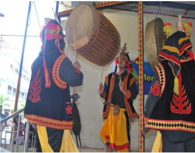 Alat musik penggiring Tari Maena. Sumber: Tangkapan layar tesis Cathrina Sumiaty Tampubolo yang berjudul