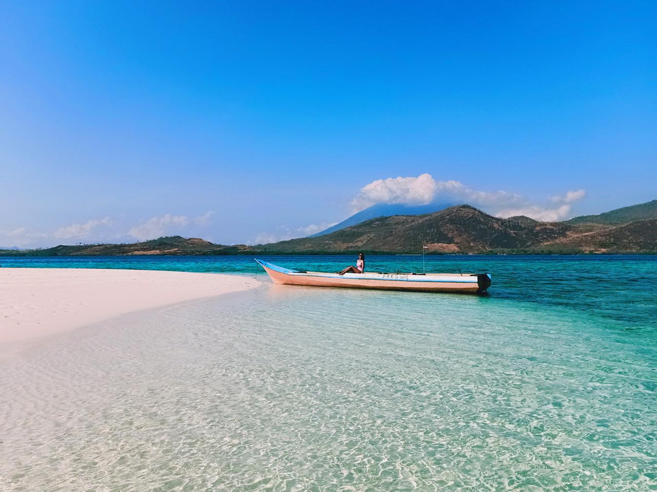 Pulau Mekko dengan latar belakang Ile (Gunung) Boleng di Pulau Adonara