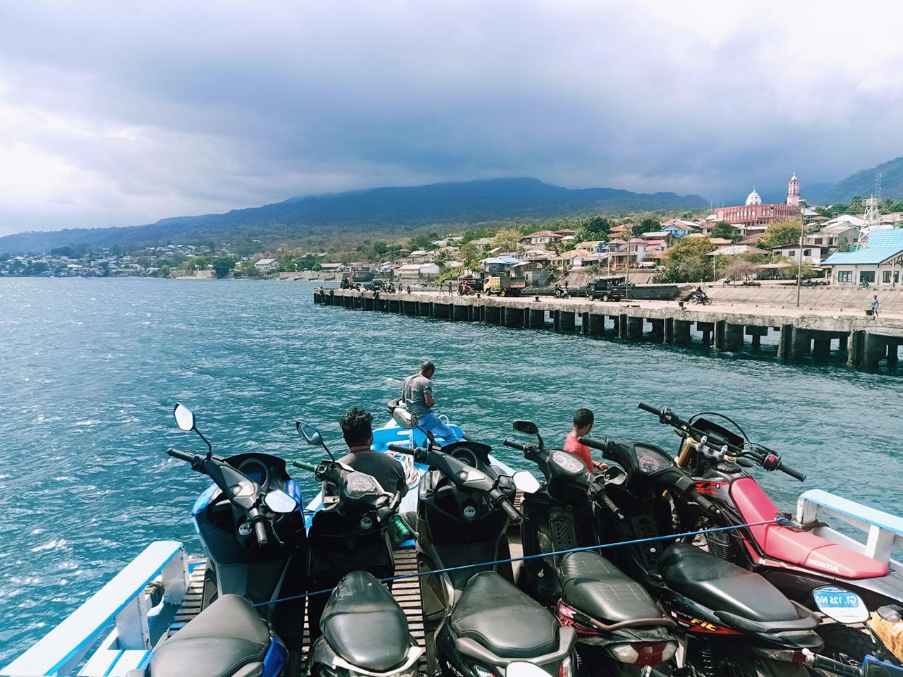 Penyeberangan kapal motor menuju pelabuhan Weiwerang di Pulau Adonara