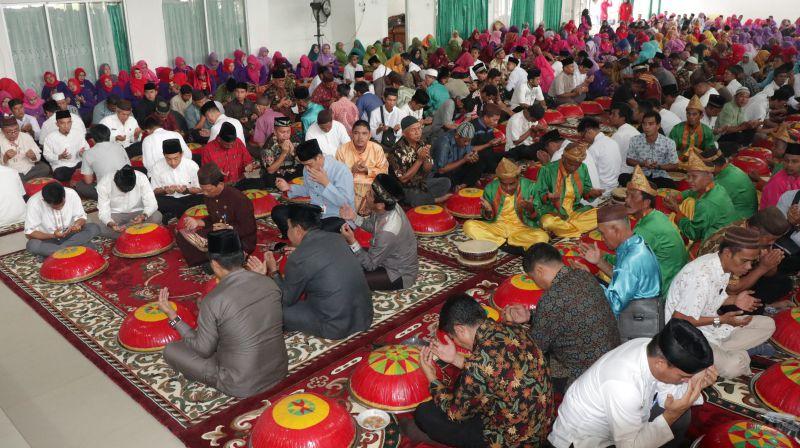 Tradisi Gotong Royong Nganggung dari Kabupaten Bangka © radarbangka.co.id