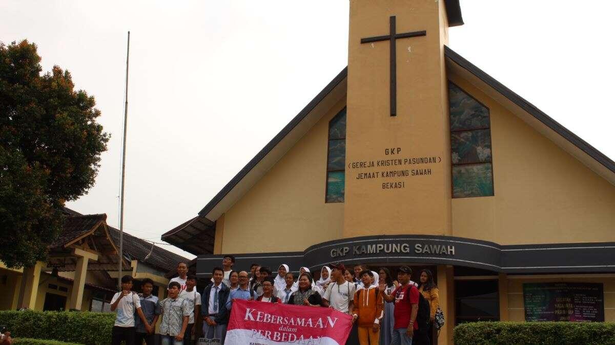 Siswa-siswi peserta tur tengah berfoto di depan Gereja Kristen Pasundan (GKP) Jemaat Kampung Sawah.Sumber: voaindonesia.com/Rio Tuasikal