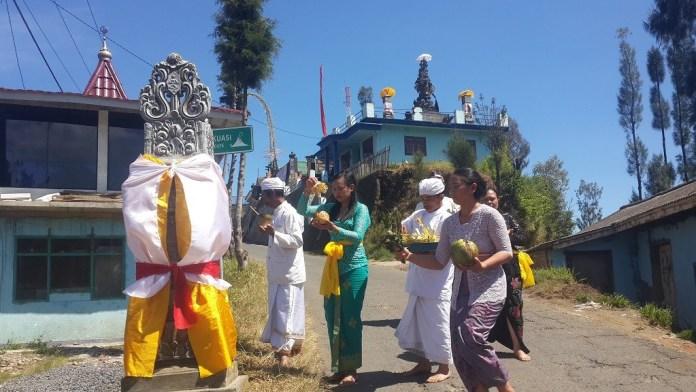 Umat Hindu bersembahyang Hari Raya Galungan dengar latar Pura dan Musala Desa Ngadas.Sumber: Terakota/Eko Widianto