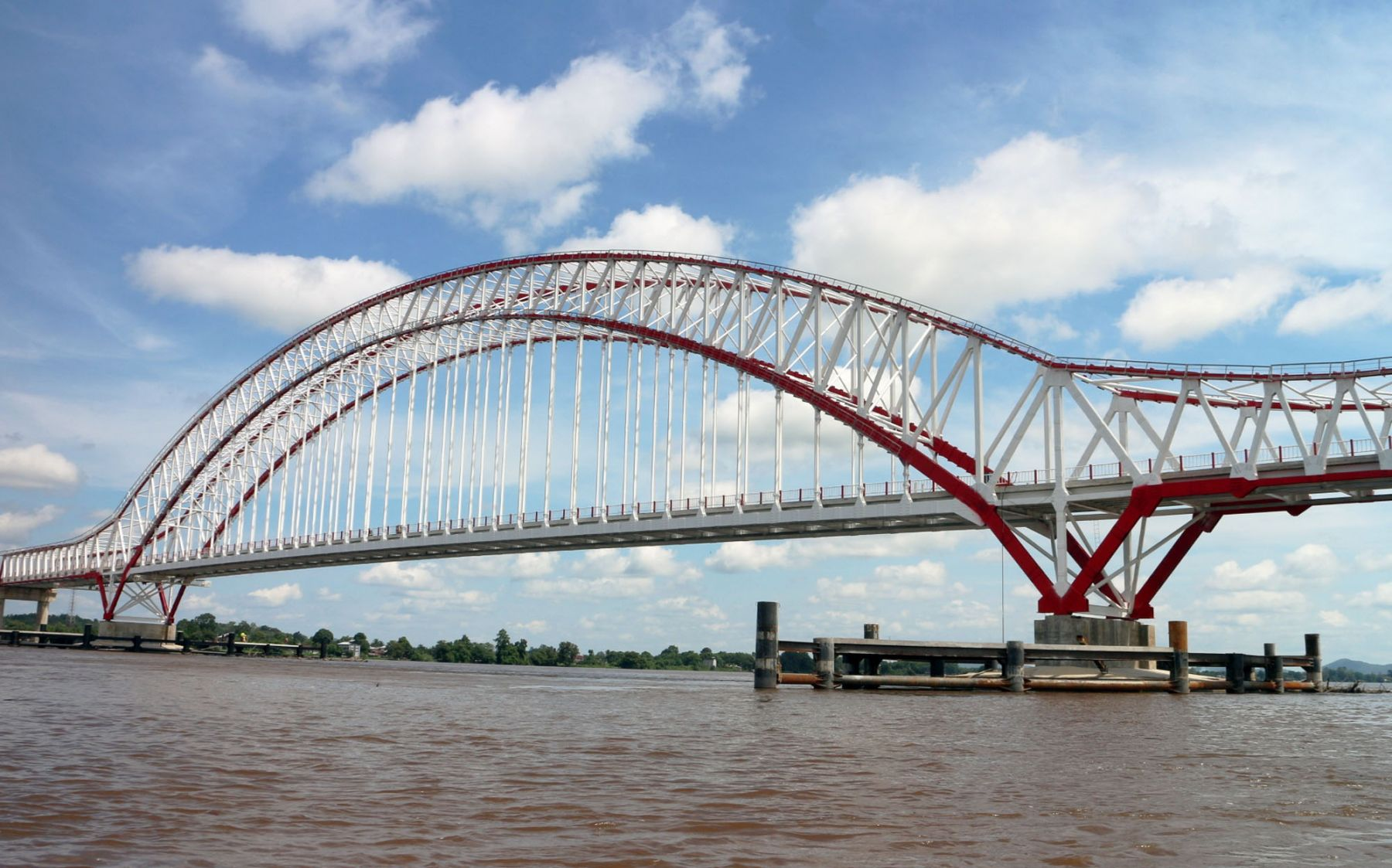 Menghubungkan Kalimantan Tengah dan Kalimantan Barat, jembatan megah ini merupakan bagian dari jalan Trans Kalimantan.