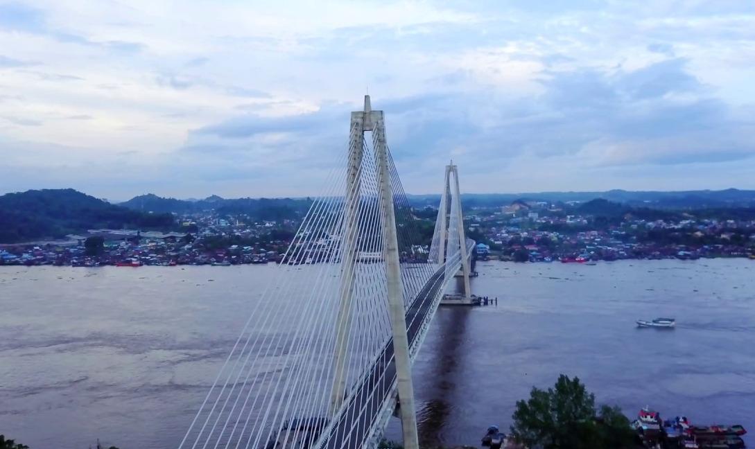 Jembatan Mahkota II memiliki panjang sekitar 1.428 meter, menjadikannya sebagai jembatan terpanjang di Kalimantan Timur.