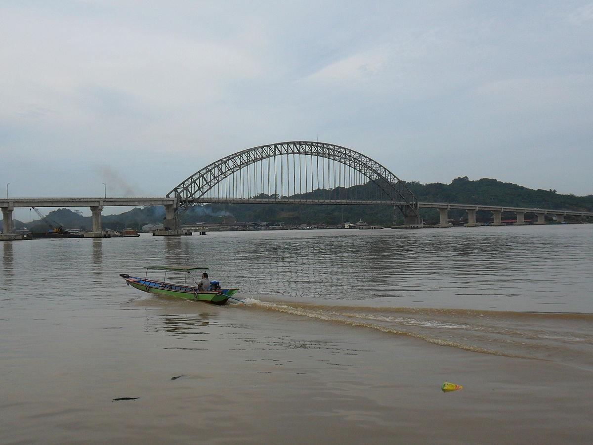 Jembatan yang membentang di atas aliran sungai Mahakam ini memiliki panjang keseluruhan sekitar 799 meter.