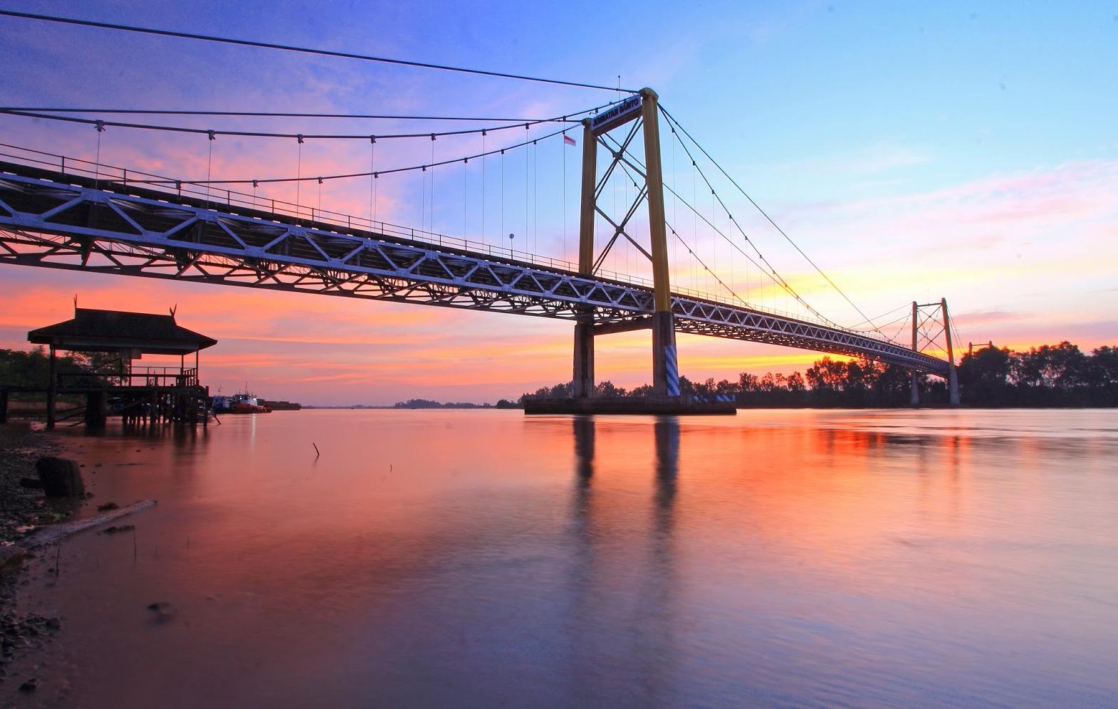 Jembatan ini merupakan akses jalan Trans Kalimantan dari Banjarmasin menuju ke Palangkaraya dan sebaliknya.