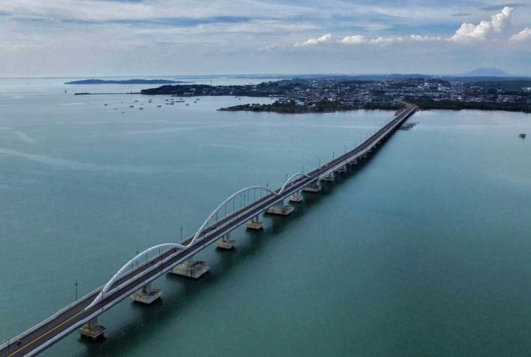 Jembatan Dompak yang megah ini menjadi jembatan terpanjang di luar Pulau Jawa.
