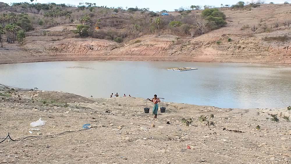 Masyarakat mengambil air bersih